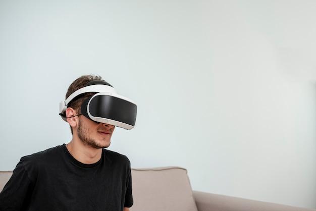 Zijaanzichttiener die virtual reality-bril draagt