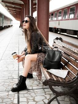 Zijaanzichtvrouw bij station