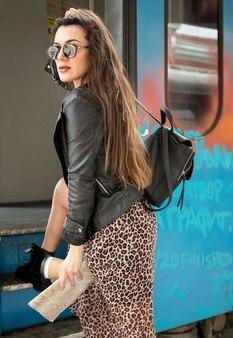 Zijaanzichtvrouw bij trein