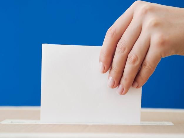 Zijaanzichtvrouw die bij verkiezingsmodel wordt betrokken