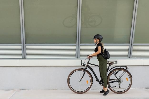 Zijaanzichtvrouw die helm draagt