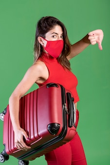 Zijaanzichtvrouw die rood masker draagt