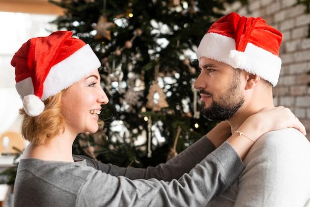 Zijaanzichtvrouw en echtgenoot die elkaar bekijken