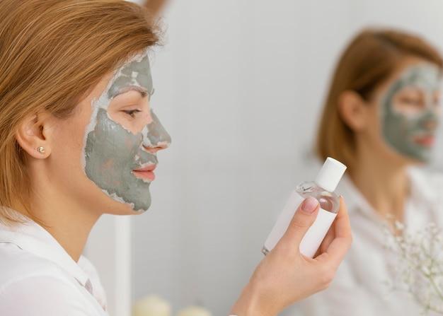 Zijaanzichtvrouw met gezichtsmasker