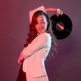 Zijaanzichtvrouw met vinyl