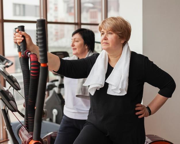 Zijaanzichtvrouwen die bij gymnastiek opleiden