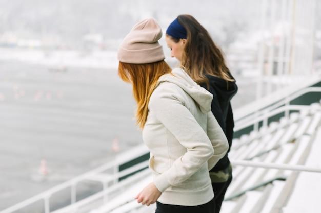 Zijaanzichtvrouwen die op treden lopen