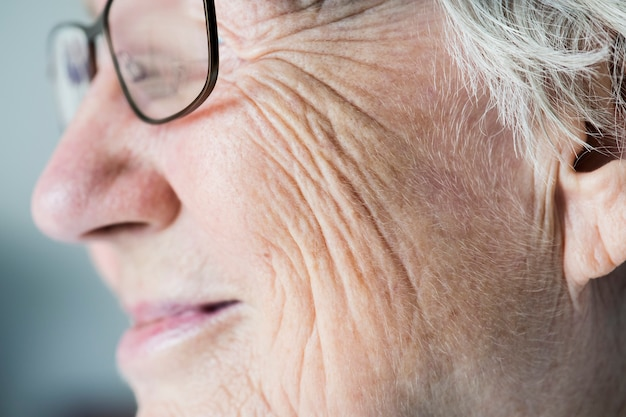 Zijclose-upportret van witte bejaarde vrouw