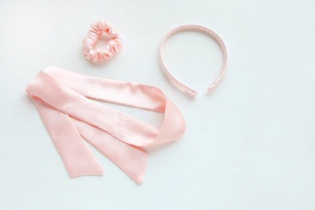 Zijde roze afgeronde haarband geïsoleerd op wit. platliggend kappersgereedschap en accessoires als haar scrunchie, elastische haarbanden, bobble scrunchie haarband square image