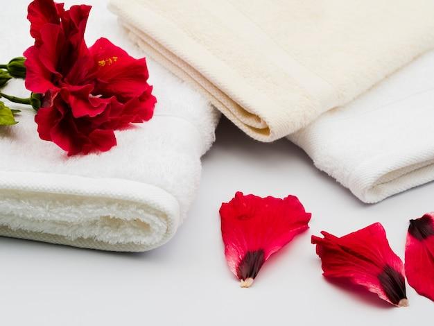Zijdelings bloembladen naast handdoeken