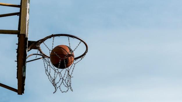 Zijdelings lage weergave basketbalring