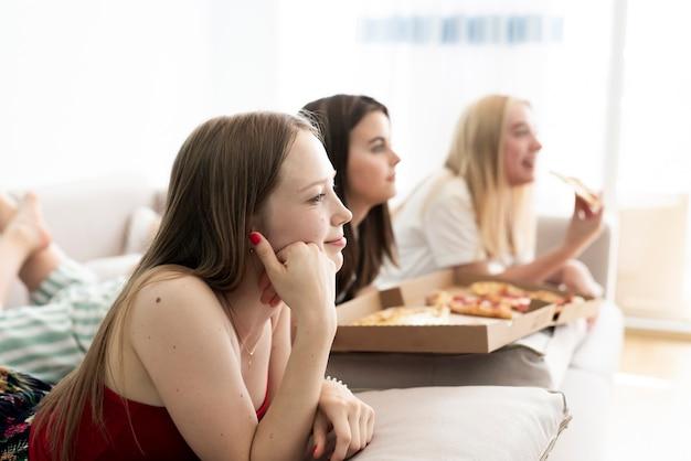 Zijdelings meisjes die een film kijken