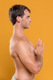 Zijdelings mens die middelgroot schot mediteert