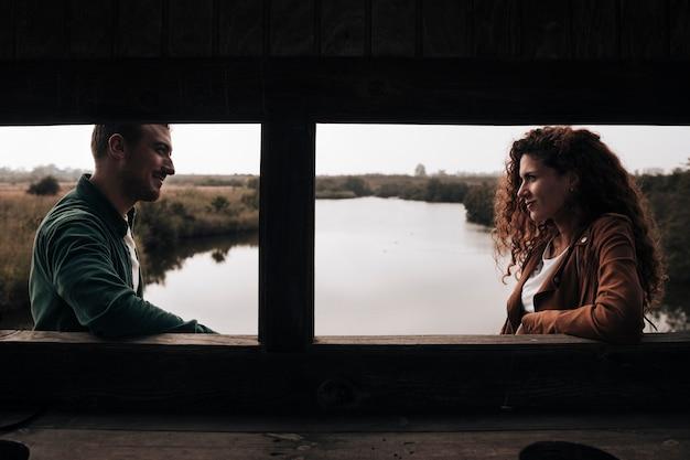 Zijdelings paar dat elkaar bekijkt