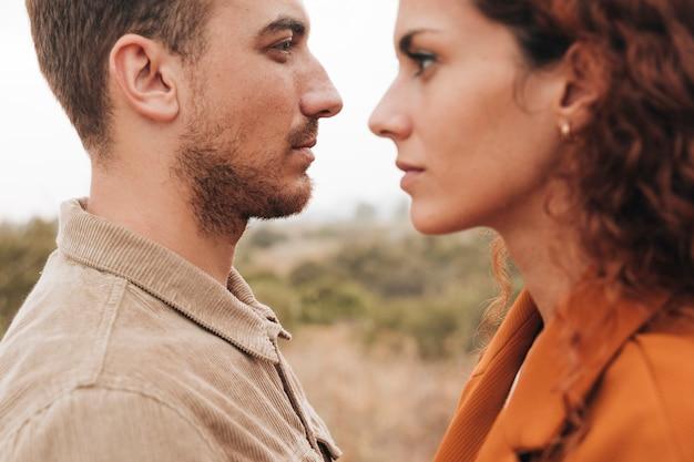 Zijdelings paar dat in de afstand kijkt