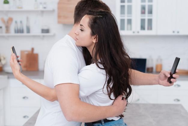 Zijdelings paar dat verslaafd is aan sociale media