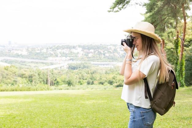 Zijdelings vrouw die een foto neemt
