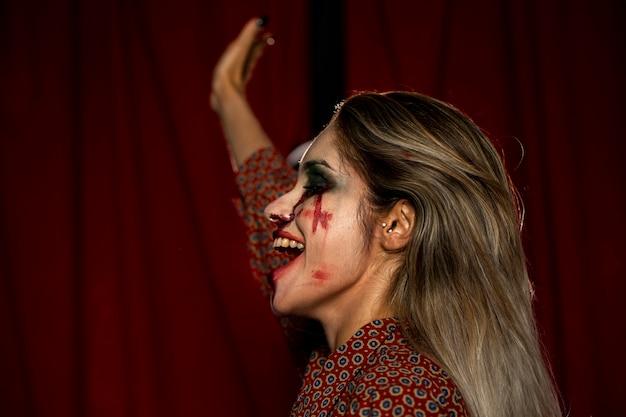 Zijdelings vrouw met make-up als bloed