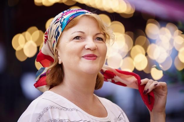 Zijden sjaal op het hoofd van een jarige vrouw