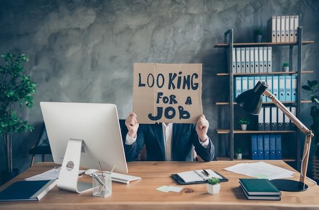 Zijn hij ontslagen agent makelaar financiën verzekering it web specialist expert top haai ceo baas chef man in handen promo plakkaat op zoek naar nieuwe baan op loft industriële werkplek werkstation