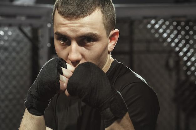 Zijn levensstijl. close-upportret van een jonge vechter in een vechthouding