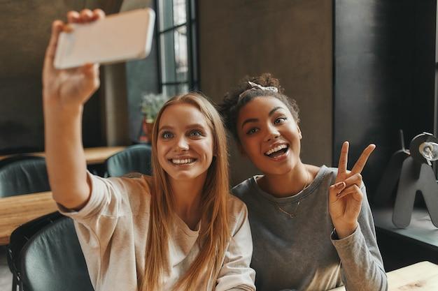 Zijn selfie-time-vrienden lunchen in een modern café