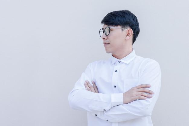 Zijportret van aziatische kerel in wit overhemd