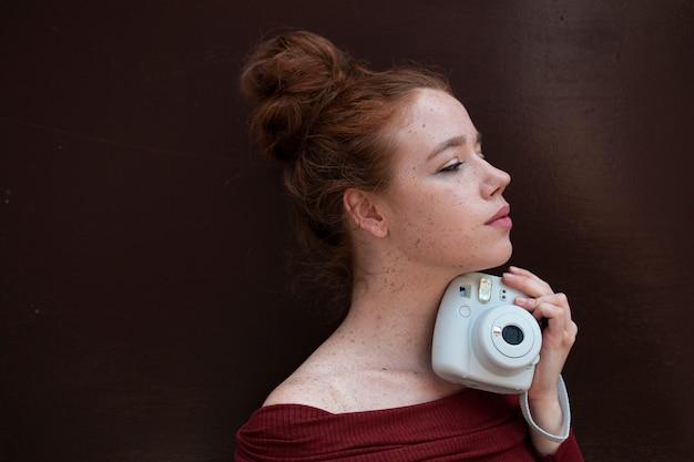 Zijportret van roodharige vrouw