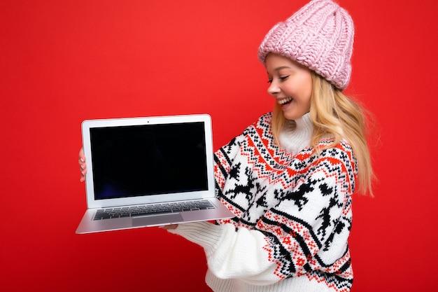 Zijprofielfoto van charmante glimlachende gelukkige vrij jonge laptop van de vrouwenholding