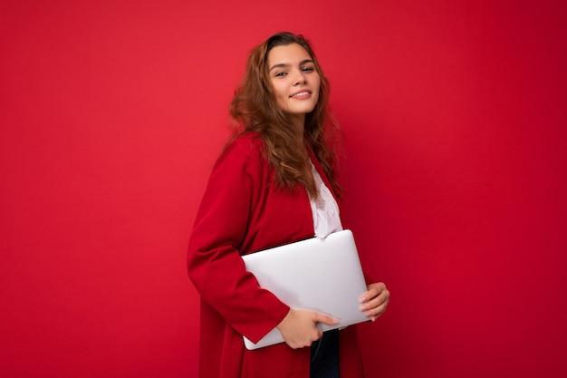 Zijprofielfoto van glimlachende mooie charmante mooie jonge dame met laptop