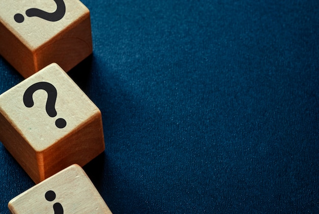 Zijrand van vraagtekens op houten kubussen
