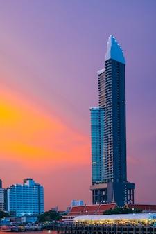 Zijrivier bouwen in de zonsondergang