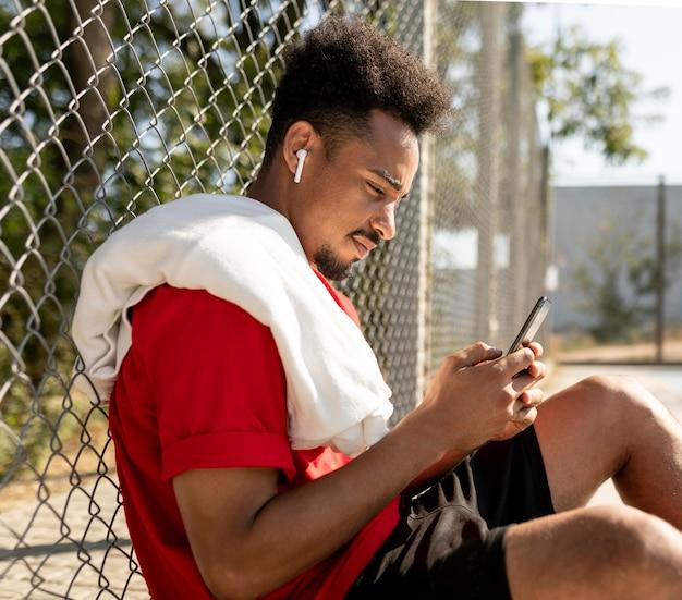 Zijwaarts man die een pauze neemt na een basketbalspel