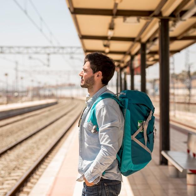 Zijwaarts passagier die op trein wacht