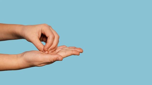 Zijwaarts persoon handen wassen met kopie ruimte