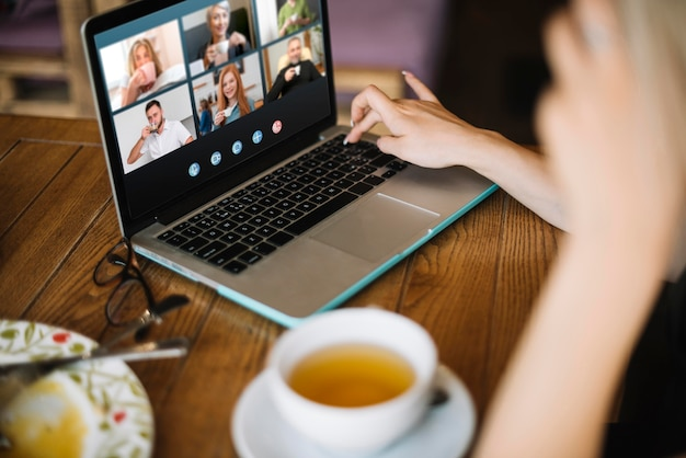 Zijwaarts videogesprek op laptop buiten