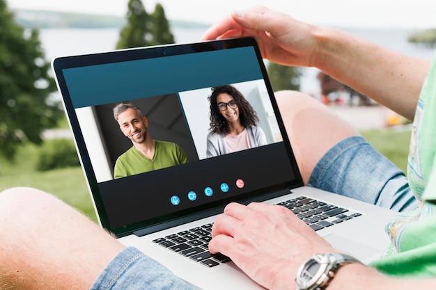Zijwaarts videogesprek op laptop