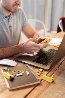 Zijwaartse man op zoek naar een freelance project
