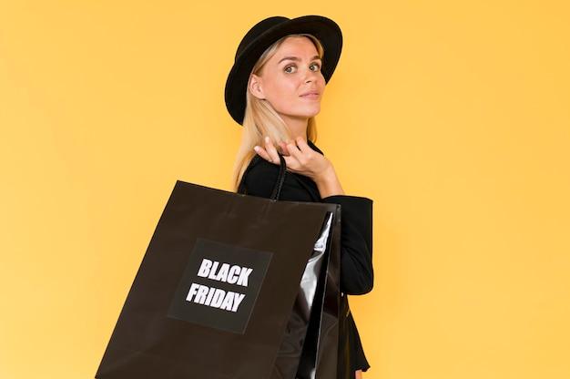 Zijwaartse modedame die zwarte draagt