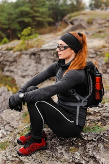 Zijwaartse vrouwelijke sportieve jogger