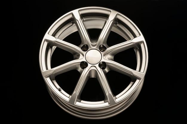 Zilver nieuw lichtmetalen velg voor auto, vooraanzicht.