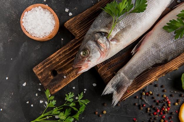 Zilver zeevruchten vis op snijplank plat leggen