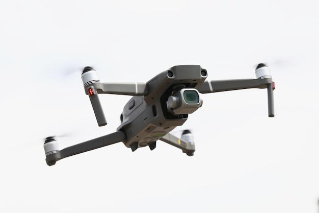Zilverachtige drone vliegt in luchtfotografie met drones