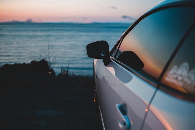 Zilveren auto parker in de buurt van de zee
