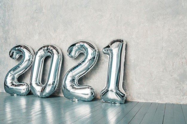 Zilveren ballonnen voor 2021. gelukkig nieuw 2021 jaar. metalen cijfers 2021