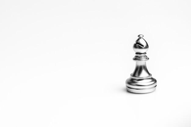 Zilveren bisschopschaakstuk geïsoleerd