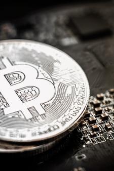 Zilveren bitcoin op de achtergrond van het moederbord van de computer
