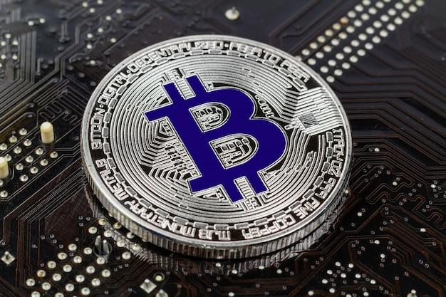 Zilveren bitcoin op de zwarte close-up als achtergrond. virtueel geld met cryptocurrency