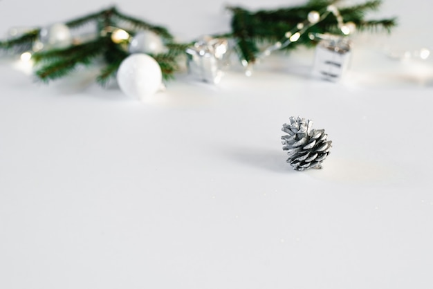 Zilveren buil op witte achtergrond met exemplaarruimte. kerstkaart