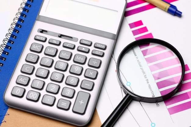 Zilveren calculator en financiële statistieken op klembord